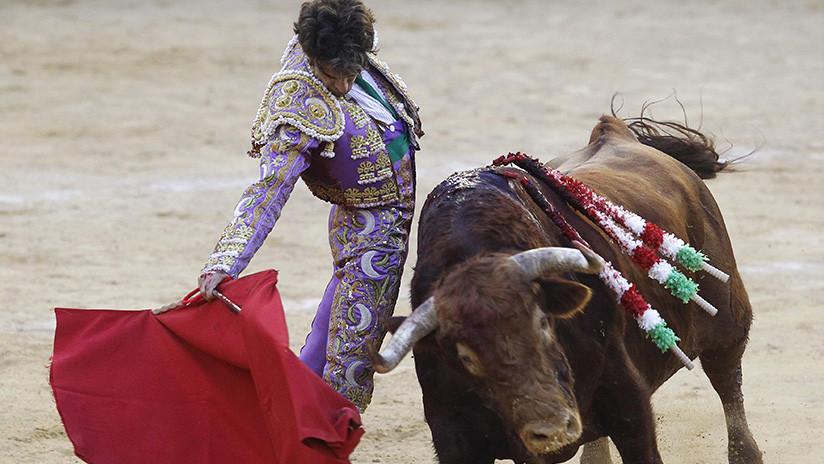 FUERTES IMÁGENES: Un toro con los cuernos en llamas embiste a una mujer que intentaba fotografiarlo
