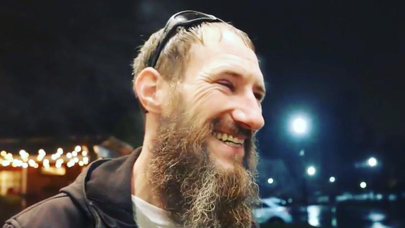 'Si te he visto no me acuerdo': Recaudan 400.000 dólares para un vagabundo y le dan la quinta parte