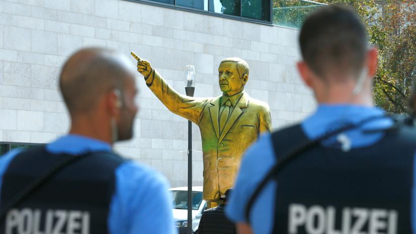 VIDEO: Retiran una estatua de Erdogan en Alemania para evitar disturbios violentos