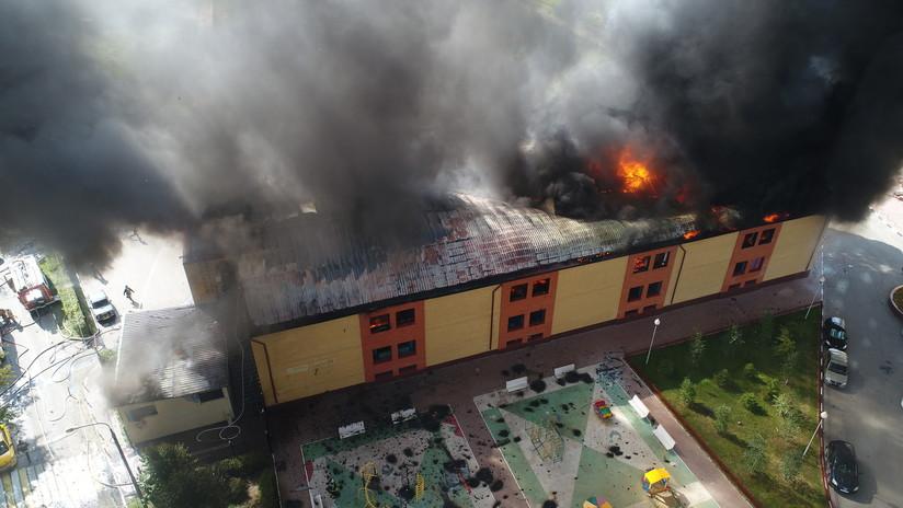 """""""¡No pienso meterme allí!"""": Captan un voraz incendio en Rusia que aterró a los vecinos (VIDEO)"""