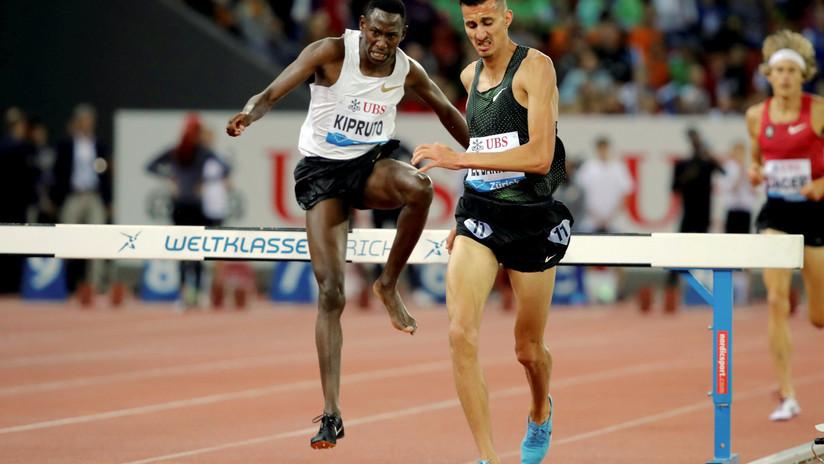 VIDEO: Un corredor keniano vence en los 3.000 metros obstáculos con un solo zapato