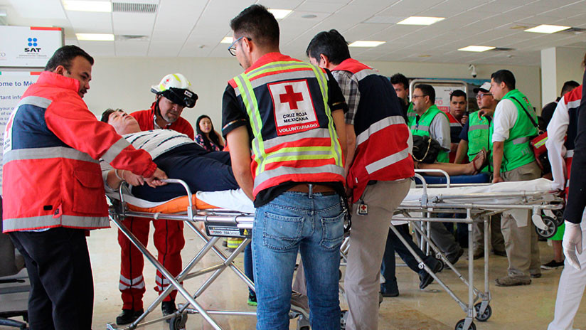 Trabajadores de la Cruz Roja asisten a los sobrevivientes del accidente aéreo en Durango / Red Cross Durango via AP / AP
