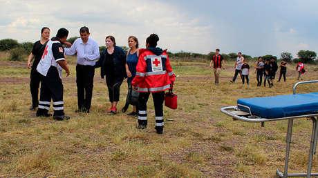 Trabajadores de la Cruz Roja ayudan a pasajeros tras el accidente de un avión de Aeroméxico en Durango, el 31 de julio de 2018.