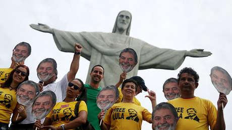Partidarios del expresidente brasileño Luiz Inácio Lula da Silva frente a la estatua del Cristo Redentor en Río de Janeiro, el 14 de abril de 2018.