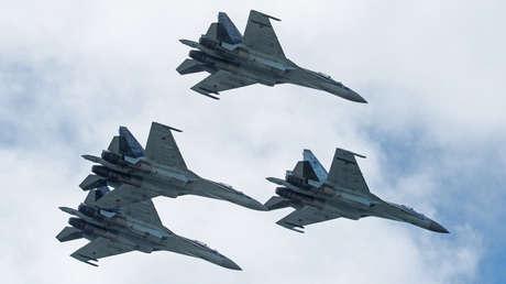 Aviones Su-35 durante un espectáculo aéreo en el aeródromo de Mochishche, Rusia.