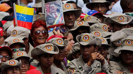 Una miembro de la Milicia Bolivariana de Venezuela sostiene una imagen del presidente Nicolás Maduro durante una marcha en Caracas, el 6 de agosto de 2018.