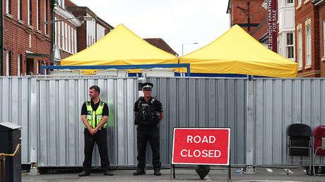 Policías en la calle donde vivía una víctima del envenenamiento con agente nervioso en Salisbury (Reino Unido), el 19 de julio de 2018.