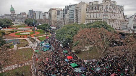 Manifestación masiva de mujeres y hombres que están a favor de legalizar el aborto en Argentina, el 8 de agosto del 2018 frente al Congreso.
