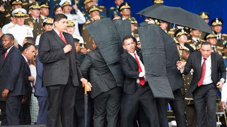 Miembros de seguridad protegen al presidente venezolano Nicolás Maduro. 4 de agosto de 2018