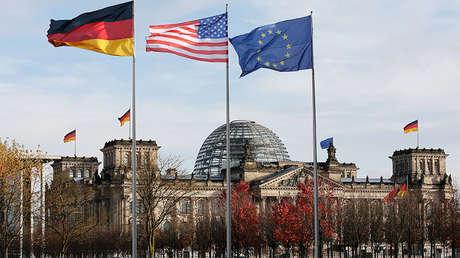 Banderas de Alemania, EE.UU. y de la UE ondean ante el edificio del Reichstag en Berlín, Alemania.