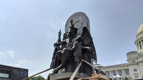 Estatua de Baphomet cerca del Capitolio estatal de Arkansas, el 16 de agosto de 2018.