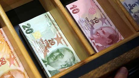 Billetes de liras turcas en una oficina de cambio de divisa en Estambul, Turquía, el 13 de agosto de 2018.