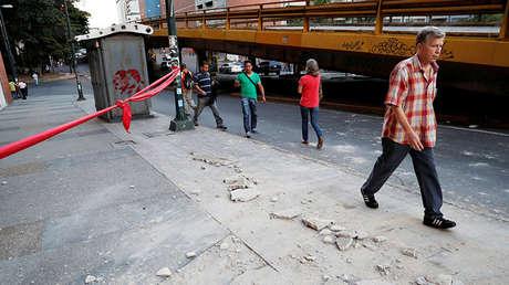 Escombros en una calle en Caracas tras un furte sismo, Venezuela, el 21 de agosto de 2018.