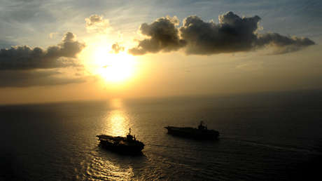 Portaviones estadounidenses USS Abraham Lincoln (CVN 72) y USS John C. Stennis en el mar de Arabia, 19 de enero de 2012.