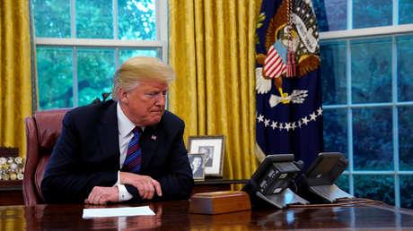 El presidente Donald Trump habla con su homólogo Enrique Peña Nieto durante el anuncio del TLCAN. 27 de agosto de 2018.