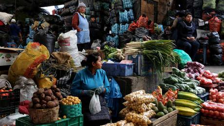 Una mujer vende verduras en el mercado de San Roque en Quito, Ecuador, 18 de febrero de 2017.