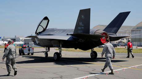 Pilotos de EE.UU. junto a un avión Lockheed Martin F-35, el 18 de junio de 2017