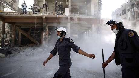 Voluntarios de la Defensa Civil Siria, conocida como los Cascos Blancos, en la ciudad de Duma, el 5 de octubre de 2016.