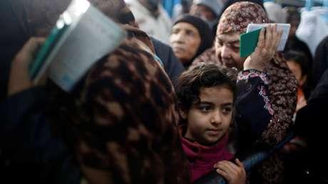 Refugiados palestinos en el centro de la ONU para la distribución de comida en el campo de Al Shati, en la ciudad de Gaza. 15 de enero de 2018
