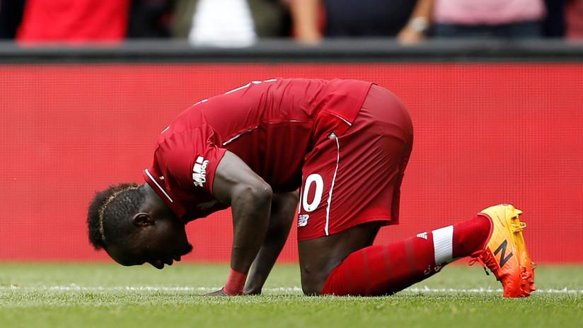 Captan a una estrella del Liverpool limpiando el baño de una mezquita