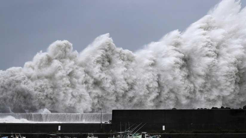 El tifón más fuerte de los últimos 25 años: Un buque cisterna se estrella contra un puente en Japón