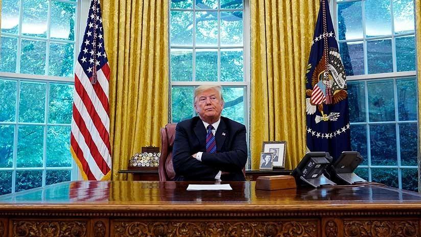 """Asistentes de Trump lo llaman """"idiota"""" y roban documentos de su escritorio """"para proteger el país"""""""