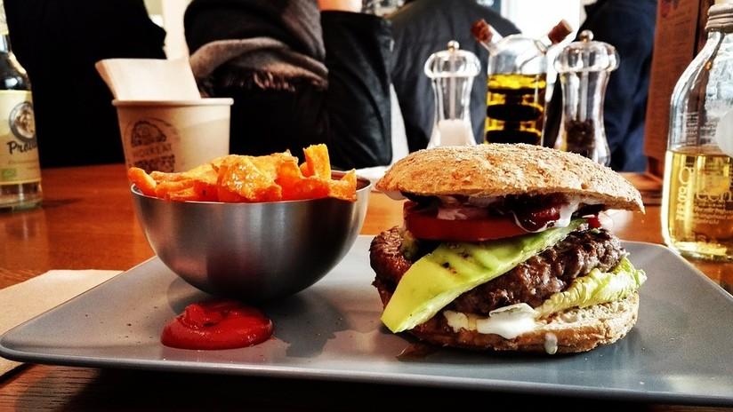 Adelgazar devorando hamburguesas: Pierde 88 kilos sin dejar de comer comida chatarra