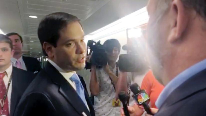 """""""No me toques de nuevo"""": El tenso altercado entre el senador Marco Rubio y Alex Jones (VIDEO)"""