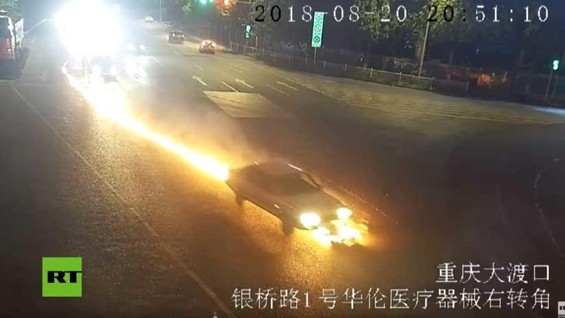 VIDEO: Un coche arrastra una moto y deja una cola de fuego