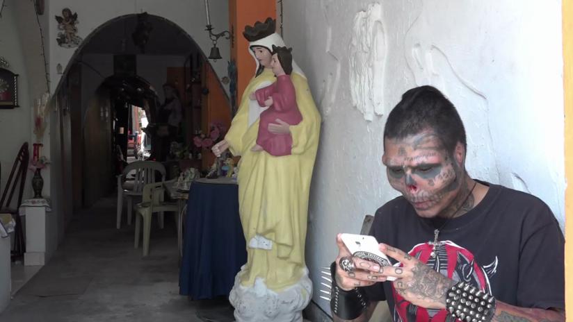 """""""Soy normal"""": Tatuador colombiano se corta la nariz y las orejas para parecer una calavera (VIDEO)"""