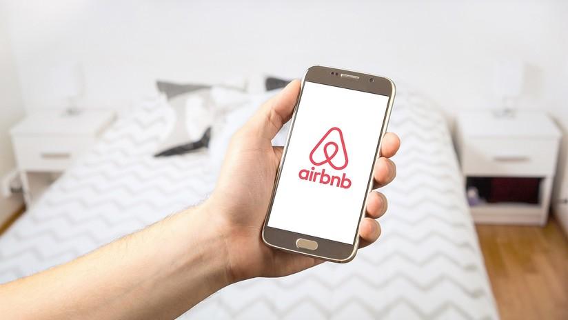 Alquilan un piso de Airbnb y encuentran una cámara espía apuntando a su cama escondida en un reloj