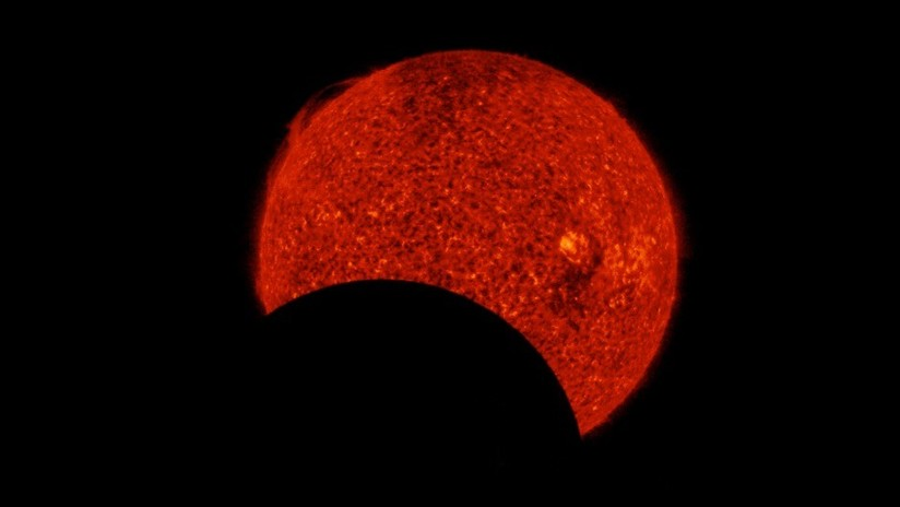 VIDEO: La Luna eclipsa al Sol dos veces en pocas horas, 'cruzando' de un lado a otro