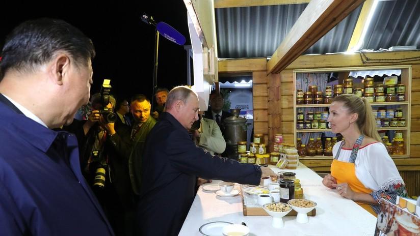 """""""Ya me lo pagarás en yuanes"""": Putin hace un regalo a Xi durante su visita a Vladivostok (VIDEO)"""
