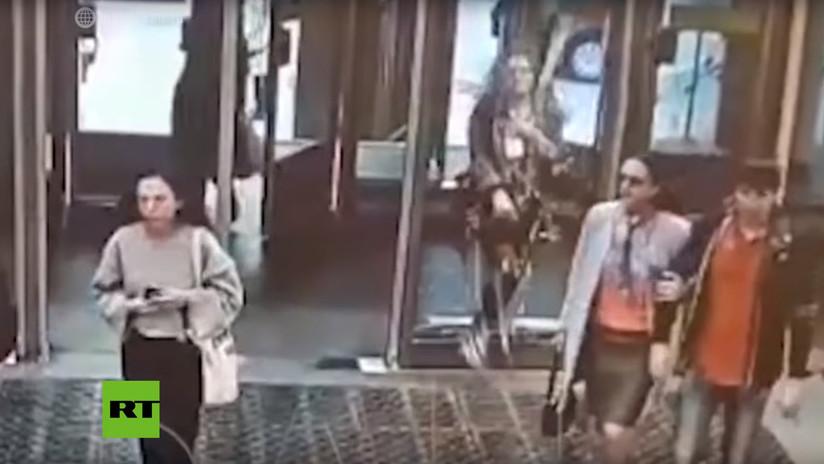 VIDEO: Una joven rompe una puerta de cristal por distraerse con su teléfono mientras camina