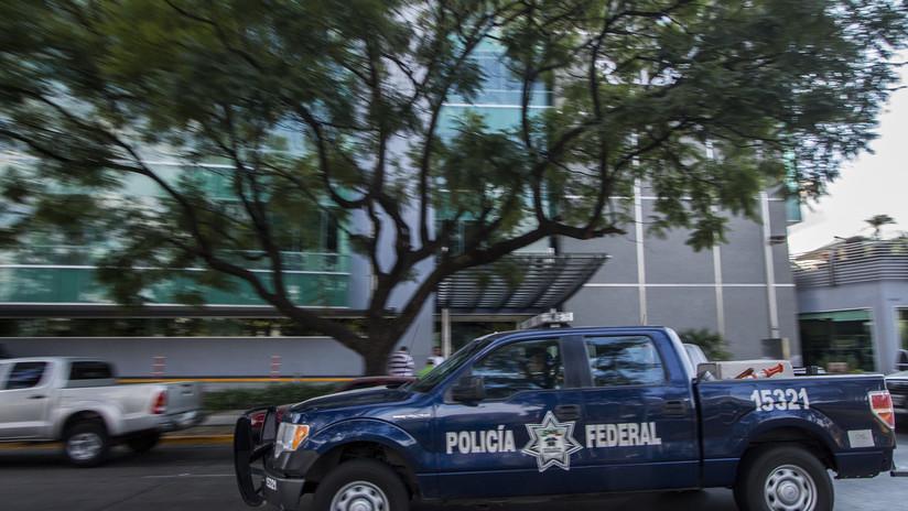 VIDEO: Un policía ataca por la espalda a un motociclista en una riña callejera en México