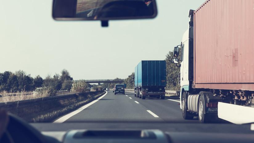 VIDEO: Una furgoneta circula a gran velocidad y sale volando al acabarse la carretera