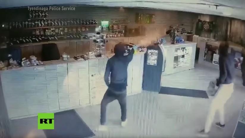 VIDEO: Hombre armado con un 'bong' ahuyenta a cuatro ladrones en una tienda de cannabis