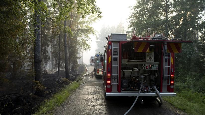 FOTO, VIDEO: Al menos 300 evacuados por un enorme incendio en una fábrica de velas en Finlandia