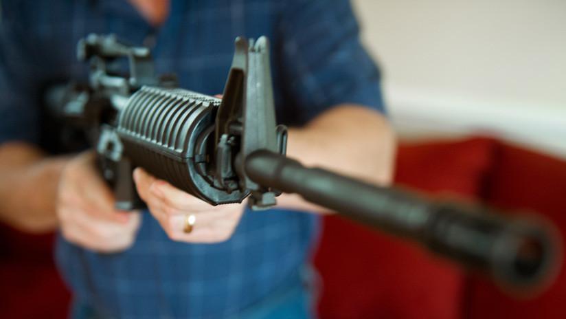 VIDEO: Un hombre con fusil de asalto y chaleco antibalas espanta a una madre con dos hijos