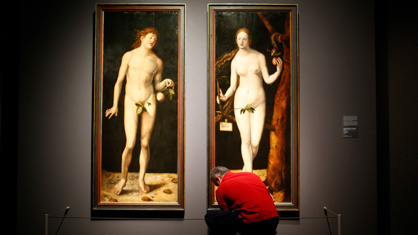 Adán y Eva al cuadrado en el Prado: una pareja se desnuda delante de la obra de Durero