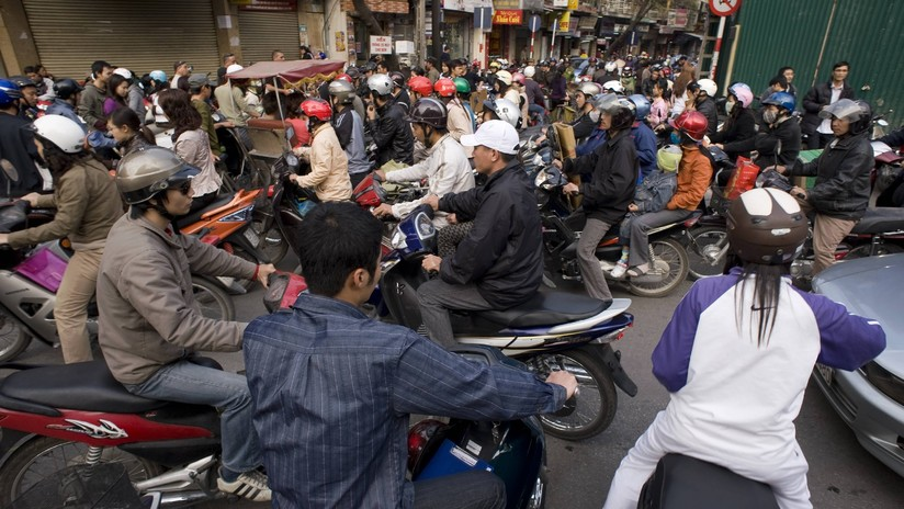 VIDEO: Se despierta con la cabeza atrapada entre la rueda y el tubo de escape de una moto