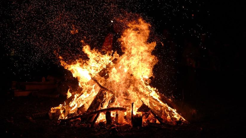 VIDEO: Sufre serias quemaduras tras colgarse boca abajo sobre el fuego en un ritual de magia negra