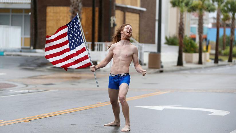 En calzoncillos y con una bandera, hombre enfrentó al huracán Florence