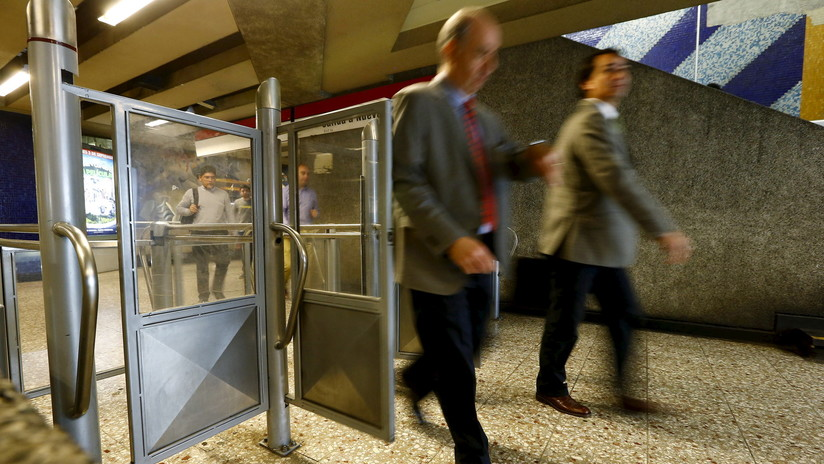 Chile: La espectacular caída de un joven en una escalera del metro se vuelve viral (VIDEO)