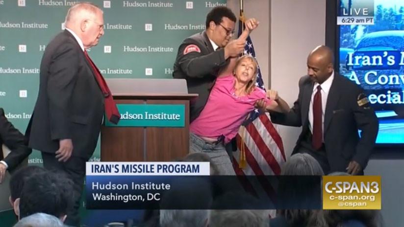 """""""¡No a otra guerra en Oriente Medio!"""": Una activista interrumpe un acto del enviado de Trump a Irán"""