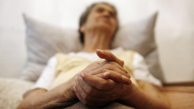 """Desgarrador: Una abuela con Alzheimer reconoce por un instante a su nieta y le dice """"te amo"""" (VIDEO)"""