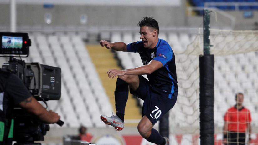 VIDEOS: Un futbolista saltó una valla para festejar un gol con los hinchas y desapareció