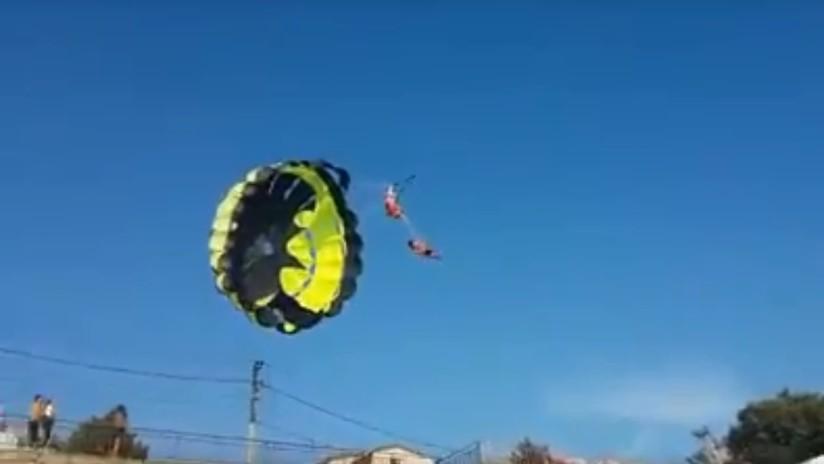 Pareja se electrocuta mientras viajaba en paracaídas