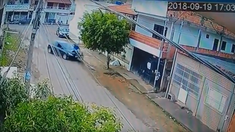 Brasil: Una adolescente de 13 años le roba el auto a sus padres y atropella a un ciclista (VIDEO)