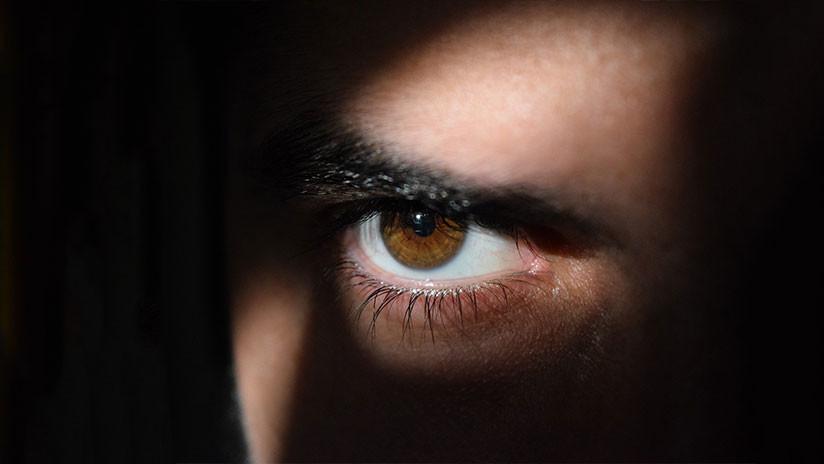 Le extraen los ojos a policía para crear 'capa de invisibilidad'